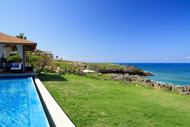 Summerhouse met zwembad met blauwe hemel royalty-vrije stock afbeelding