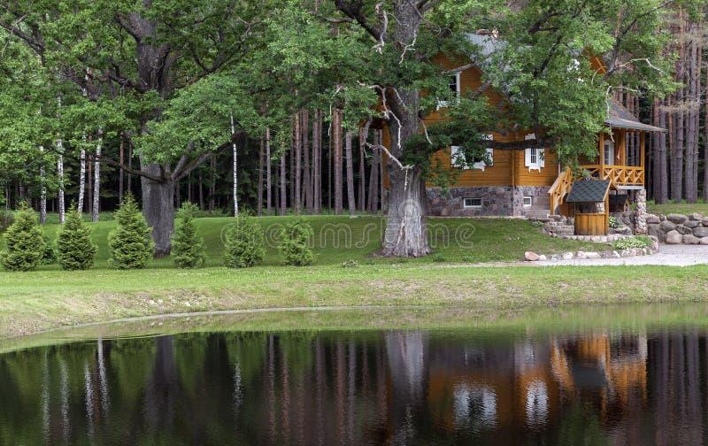 Summerhouse na floresta imagem de stock royalty free