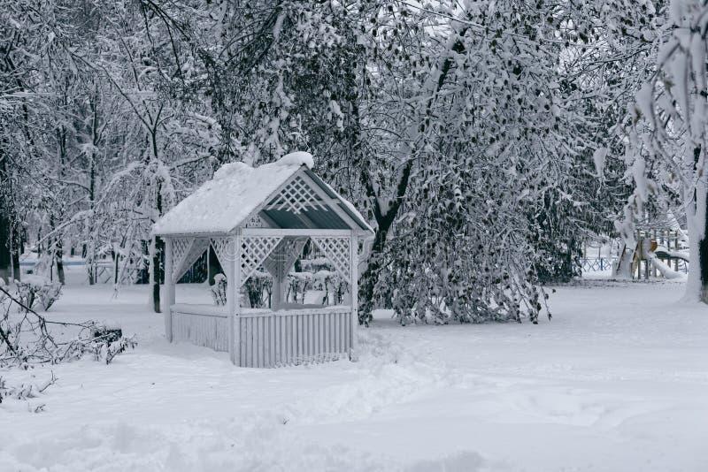 Summerhouse no inverno imagem de stock royalty free
