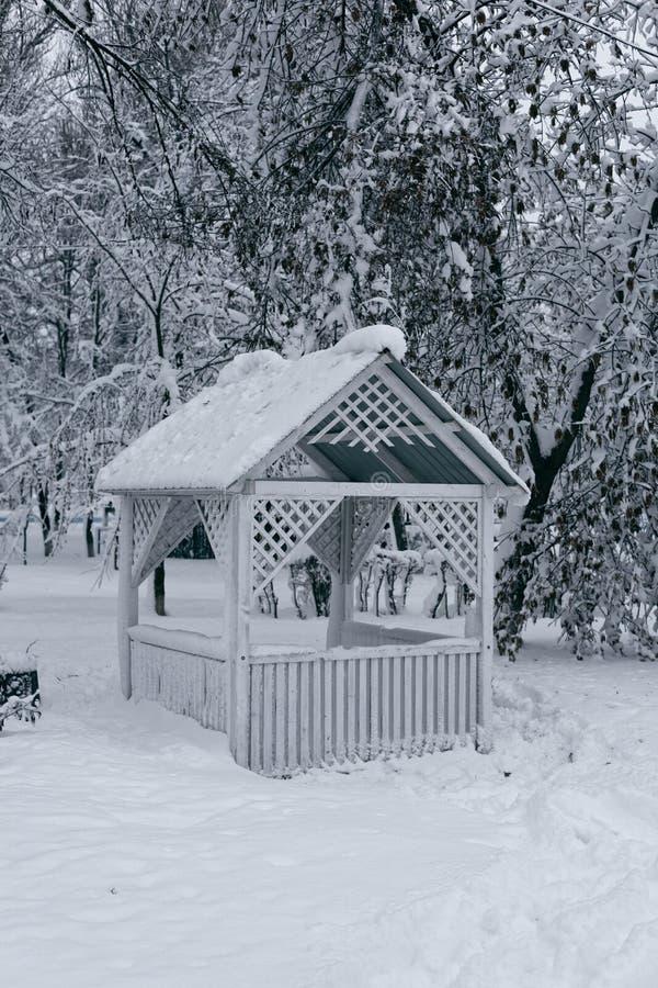 Summerhouse no inverno fotos de stock royalty free