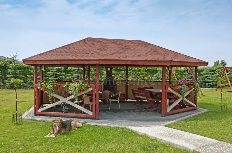 Summerhouse in un giardino fotografie stock
