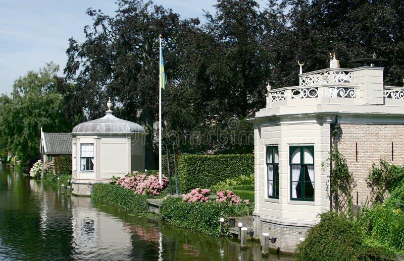 Summerhouses lungo acqua fotografia stock