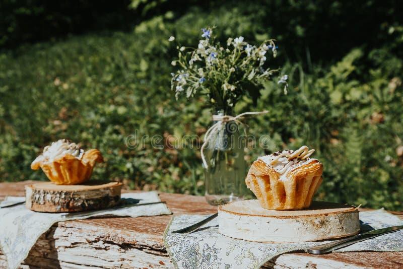 Summerly adornó y puso la tabla afuera en una terraza fotos de archivo