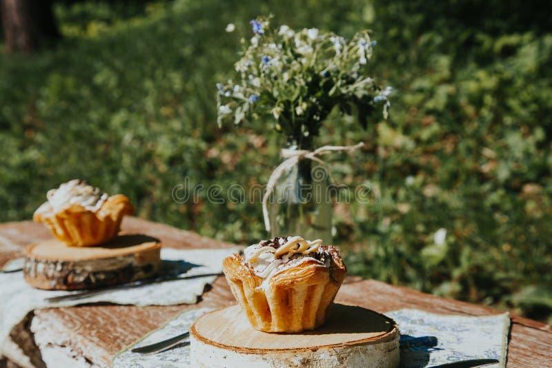 Summerly adorn? y puso la tabla afuera en una terraza fotos de archivo libres de regalías