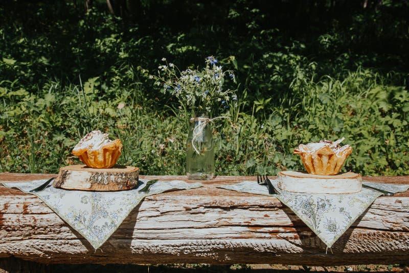 Summerly adorn? y puso la tabla afuera en una terraza fotografía de archivo libre de regalías