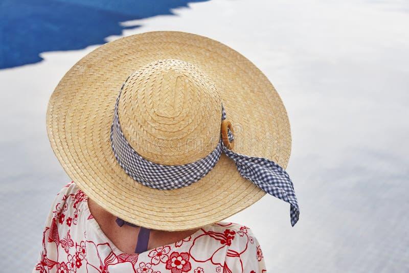 summertime Donna che si distende alla piscina Raffreddi fuori orizzontale immagini stock