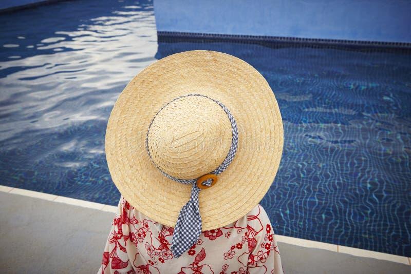 summertime Donna che si rilassa alla piscina Raffreddi fuori immagine stock libera da diritti