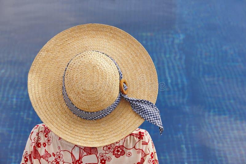 summertime Donna che si rilassa alla piscina Raffreddi fuori fotografie stock libere da diritti