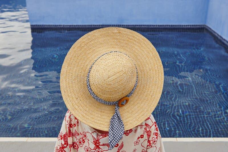 summertime Donna che si rilassa alla piscina Raffreddi fuori immagini stock