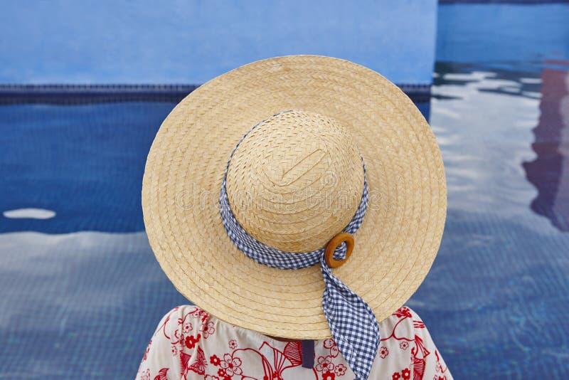 summertime Donna che si rilassa alla piscina Raffreddi fuori fotografie stock