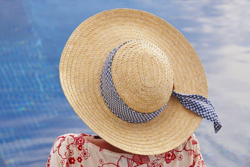 summertime Donna che si rilassa alla piscina Raffreddi fuori fotografia stock