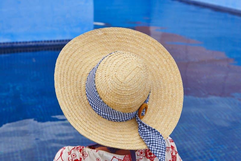 summertime Donna che si rilassa alla piscina Raffreddi fuori immagini stock libere da diritti