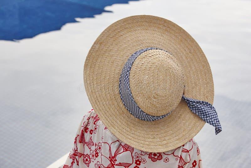 summertime Donna che si rilassa alla piscina Raffreddi fuori immagine stock