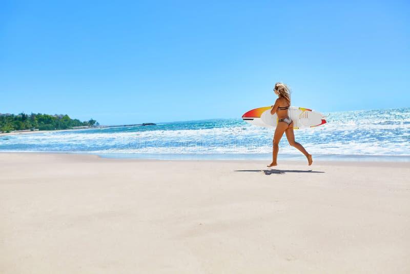 summertime Praticare il surfing Sport di estate Donna con funzionamento del surf fotografia stock libera da diritti
