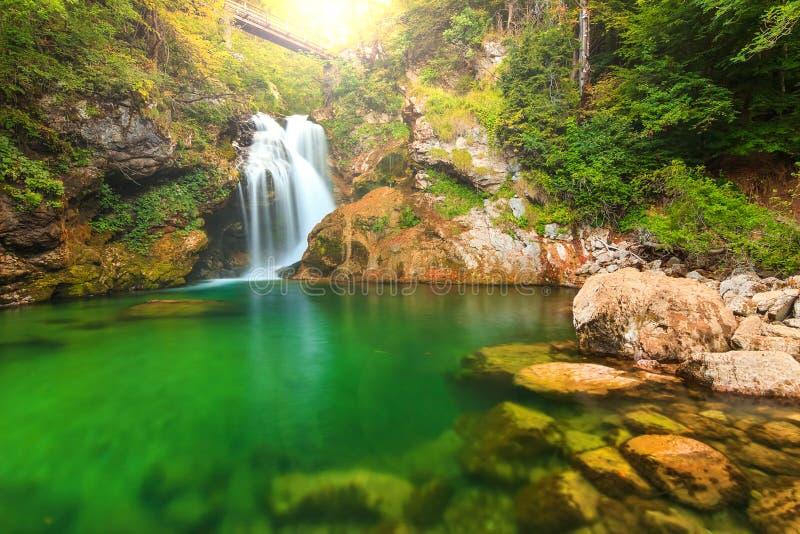 Summieren Sie Wasserfall und Holzbrücke in der Vintgar-Schlucht, Slowenien, Europa stockfoto