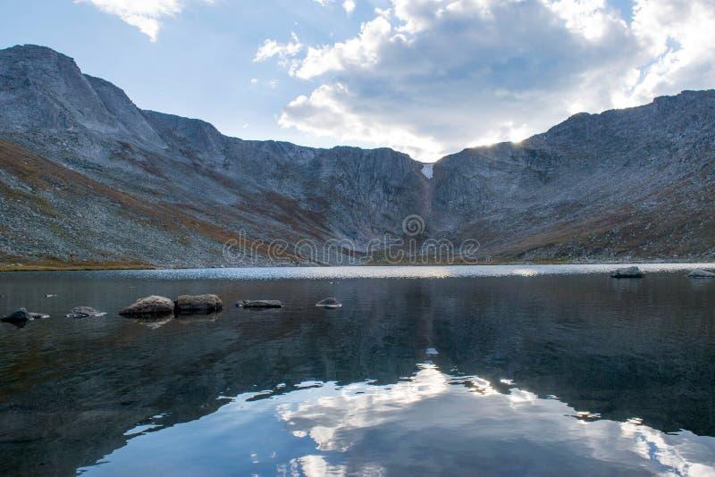 Summit See auf Mt evans lizenzfreies stockbild