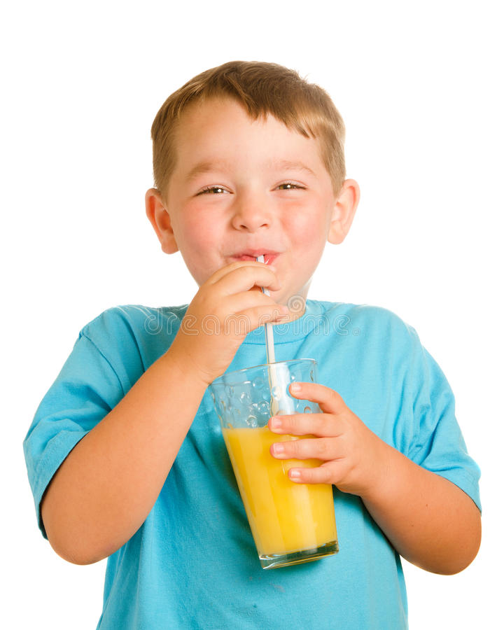 Sumo de laranja bebendo da criança feliz imagem de stock royalty free