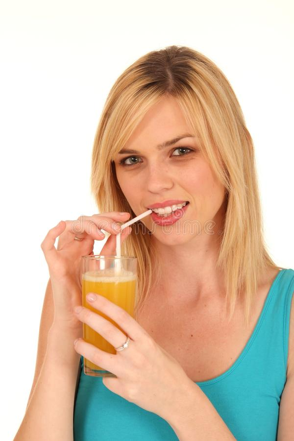 Sumo de laranja bebendo da menina bonita imagem de stock royalty free