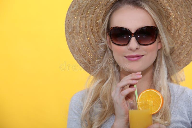 Sumo de laranja bebendo da mulher imagem de stock royalty free