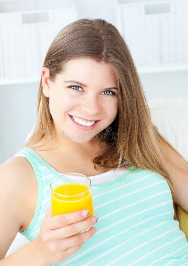 Sumo de laranja bebendo da mulher Charming imagem de stock