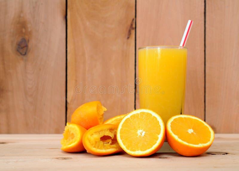 Sumo de laranja de esmagamento fresco foto de stock royalty free