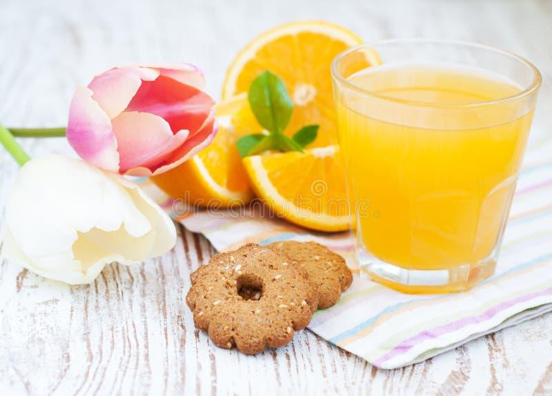 Sumo de laranja e biscoitos imagem de stock