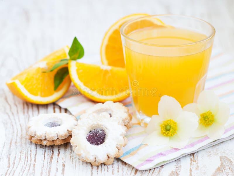 Sumo de laranja e biscoitos imagem de stock royalty free