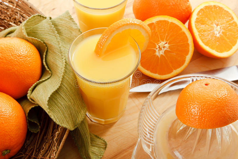 Sumo de laranja espremido fresco fotografia de stock
