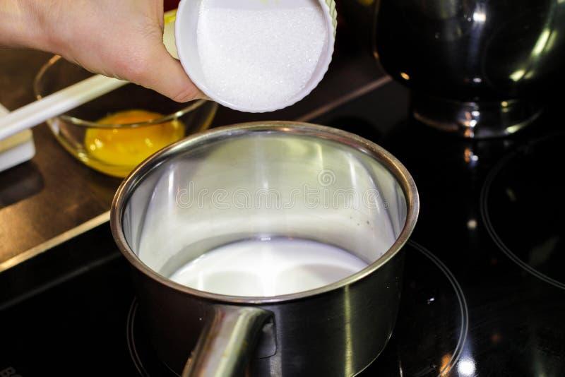 Sumujący biały cukier w kumberland nieckę fotografia royalty free