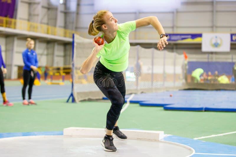 SUMY, UCRANIA - 9 DE FEBRERO DE 2018: Hanna Nelepa que realiza tentativa lanzamiento de peso en la competencia del pentatlón en i foto de archivo