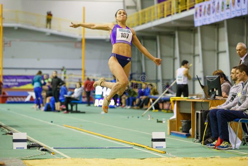 SUMY UKRAINA, LUTY, - 9, 2018: Rimma Hordiyenko - wygrywa po drugie miejsca spełniania skok w dal próbę w pentatlonie obraz stock