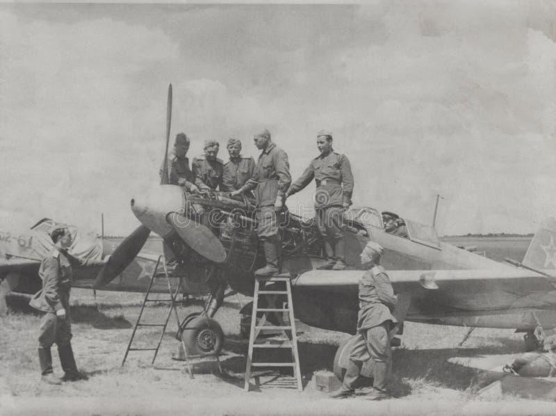 Sumy, URSS - 21 de junho de 1952: Pilotos soviéticos em exercícios práticos em ajustar as unidades m105 Departamento do oficial imagem de stock