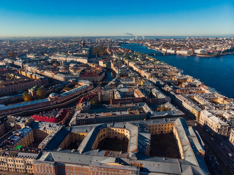 Sun à St Petersburg Jour d'automne Yard-puits Fleuve de Neva Ponts, rivières et canaux Bourdon aérien de vue supérieure photographie stock