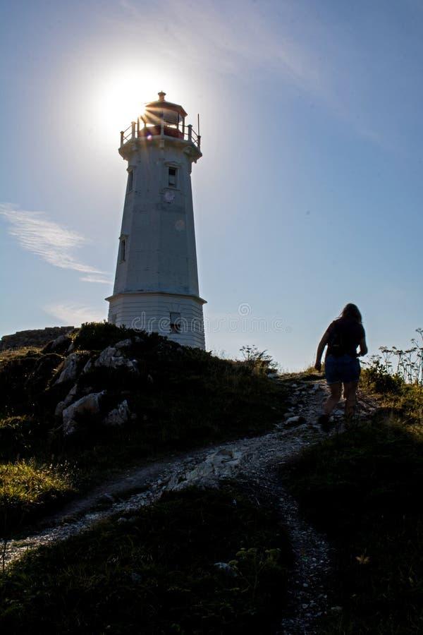 The Sun éclate par derrière un phare en Nova Scotia, Canada image libre de droits
