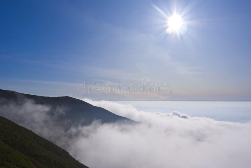 Sun über den Hügeln lizenzfreies stockfoto