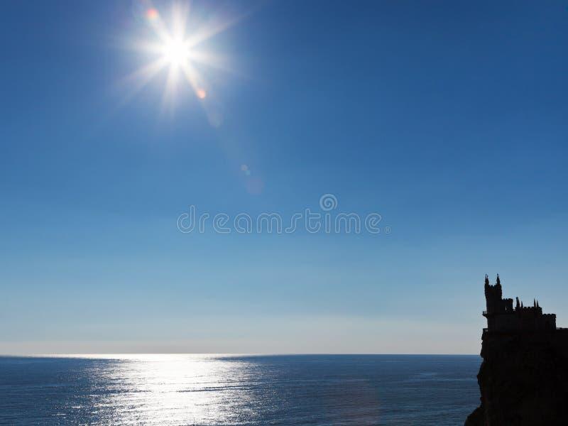 Sun über Nestschloss Schwarzen Meers und der Schwalbe stockbild