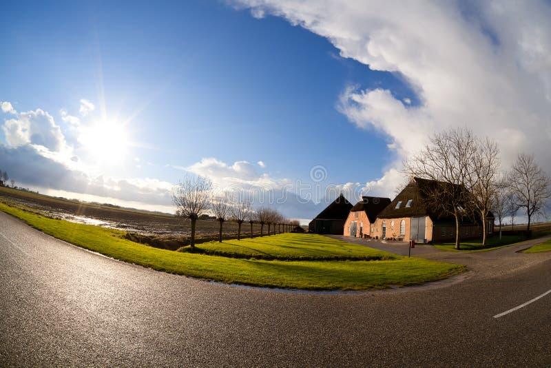 Sun über niederländischem Bauernhofhaus, fisheye Ansicht stockfotografie