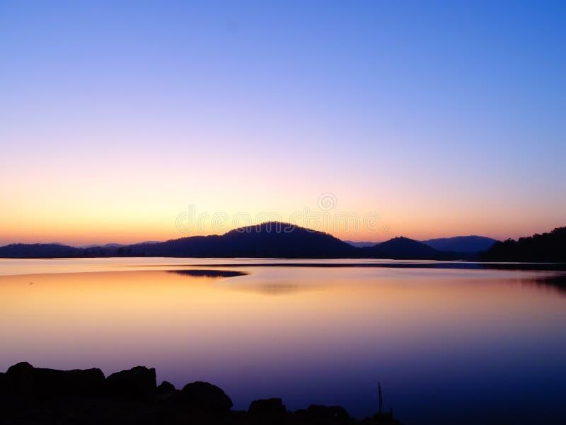 The Sun abaixo do horizonte, paisagem crepuscular de Rani Rashmi Devi Singh Reservoir, Chhattishgarh, Índia fotos de stock