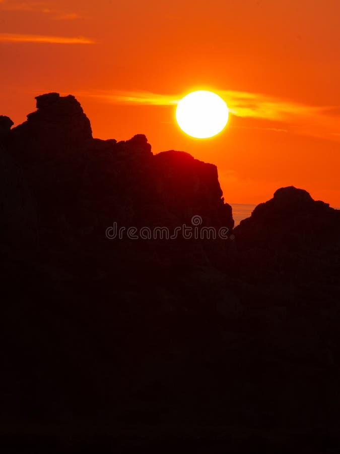 Sun ajustou-se atrás dos penhascos fotografia de stock