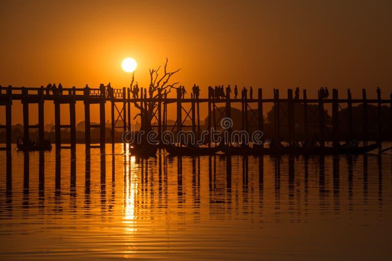 Sun ajustou-se na ponte de U Bein imagens de stock