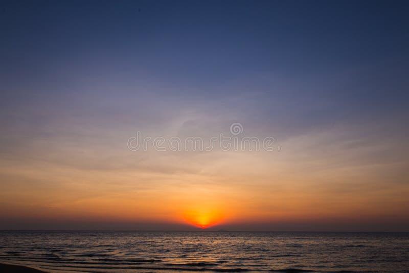 Sun ajustou-se na praia do pattya foto de stock