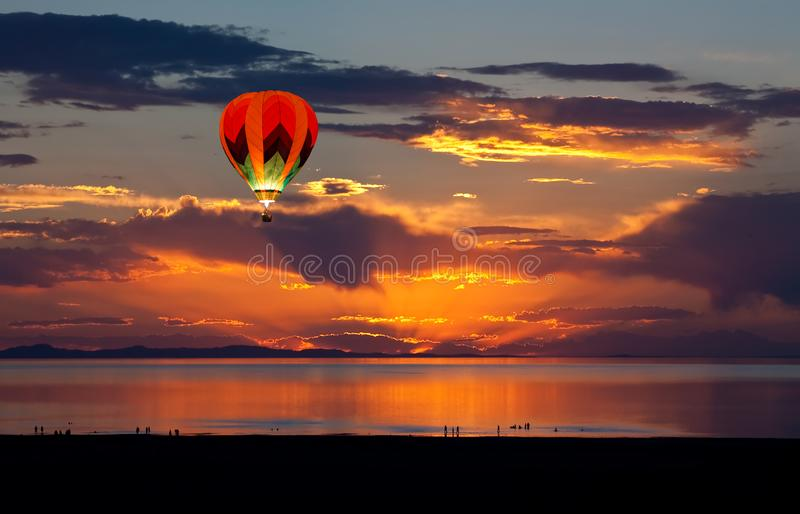 Sun ajustou-se no Great Salt Lake imagem de stock