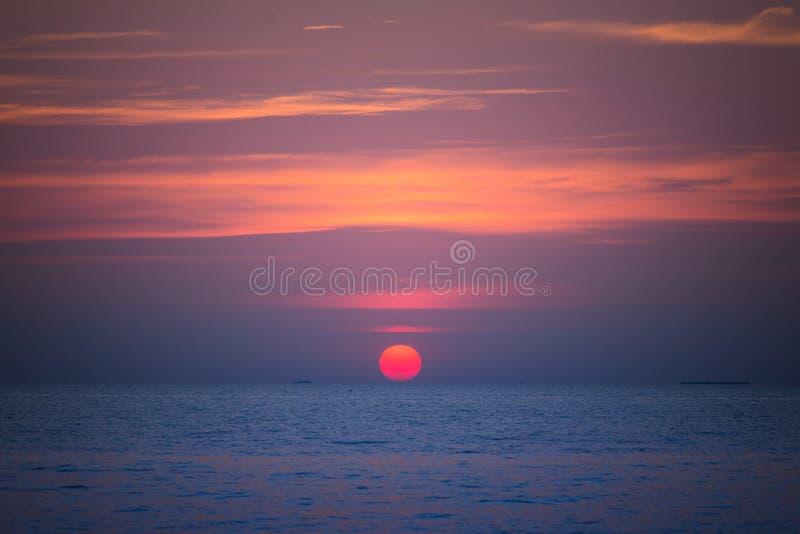 Sun ajustou-se no verão na praia de pattaya imagem de stock royalty free