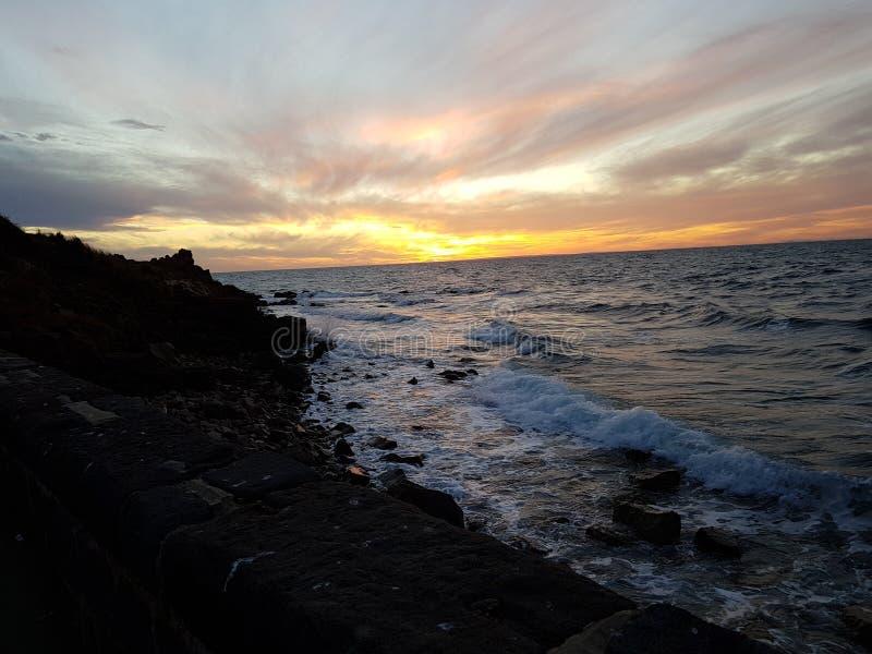 Sun ajustou-se pelo oceano fotos de stock royalty free
