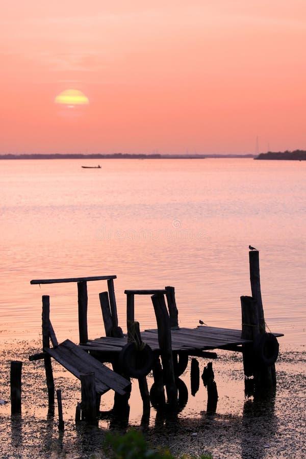 Sun ajustou-se sobre o rio de Krishna imagem de stock royalty free