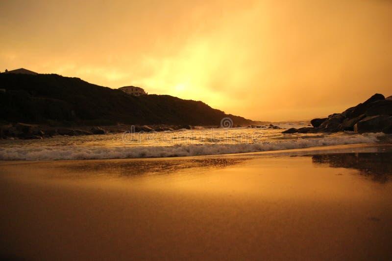 Sun ajustou-se sobre a praia imagem de stock