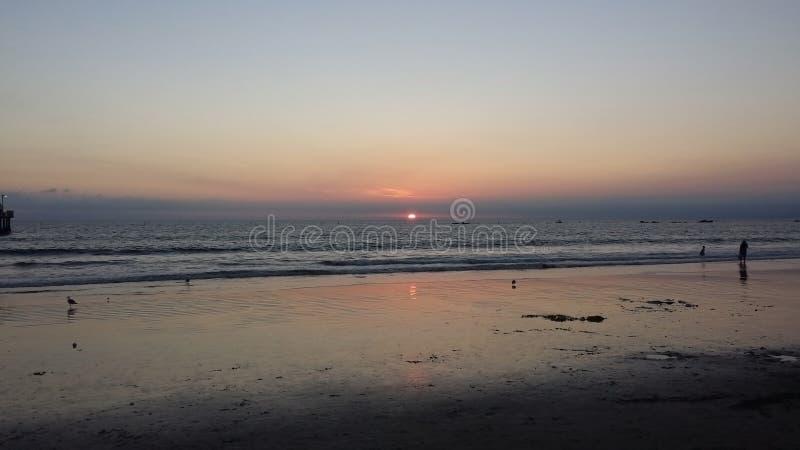 Sun allant vers le bas au-dessus de l'océan pacifique image stock