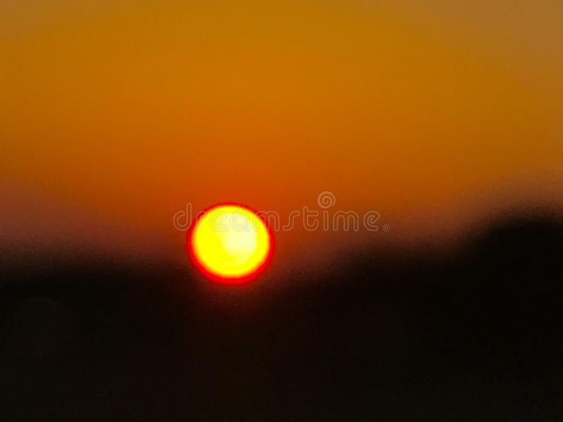 Sun als gehender Satz in der Dunkelheit stockbild