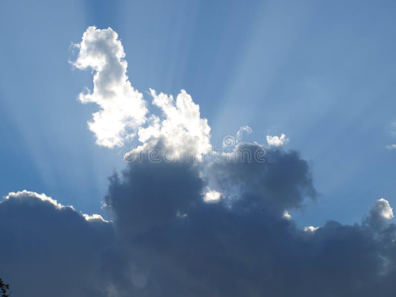 Sun ascendente emite el globo de tiempo trasero de Lites imagenes de archivo