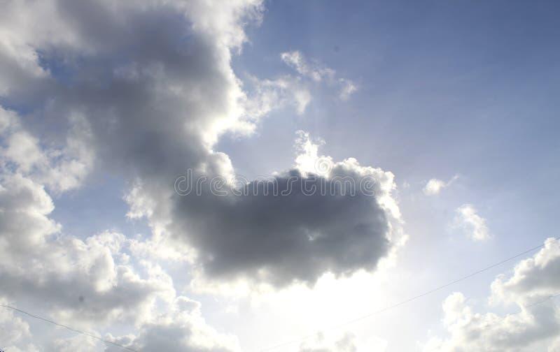 Sun atrás da nuvem imagens de stock